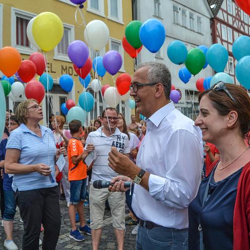 Kirchhains Bürgermeister Olaf Hausmann gab mit der Landtagsabgeordneten Handan Özgüven den Startschuß für den Luftballonwettbewerb.