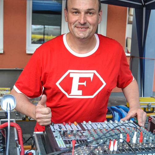 Garant für tolle Musik und beste Laune: DJ Udo Lotz, der im Laufe des Abends zehlreiche Musikwünscher erfüllte.