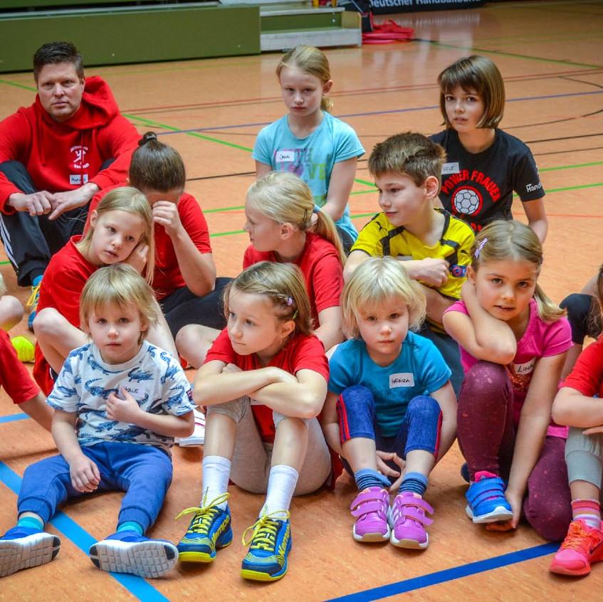 Auch die Jüngsten der JSG Kirchhain-Neustadt – die Minis – hörten ausmerksam zu, wenn die einzelnen Übungen erklärt wurden.
