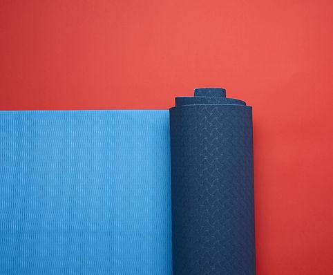 neoprene-blue-twisted-mat-lies-red-backg