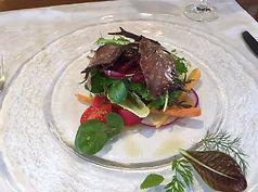 潮かつおのマリネと富士山麓有機野菜とハーブのサラダ.jpeg
