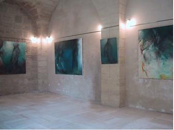 Laurence Briat | exposition l Uzès | Jardin Médiéval | peinture | grands formats | corps | présence humaine l couleurs | bleu vert |