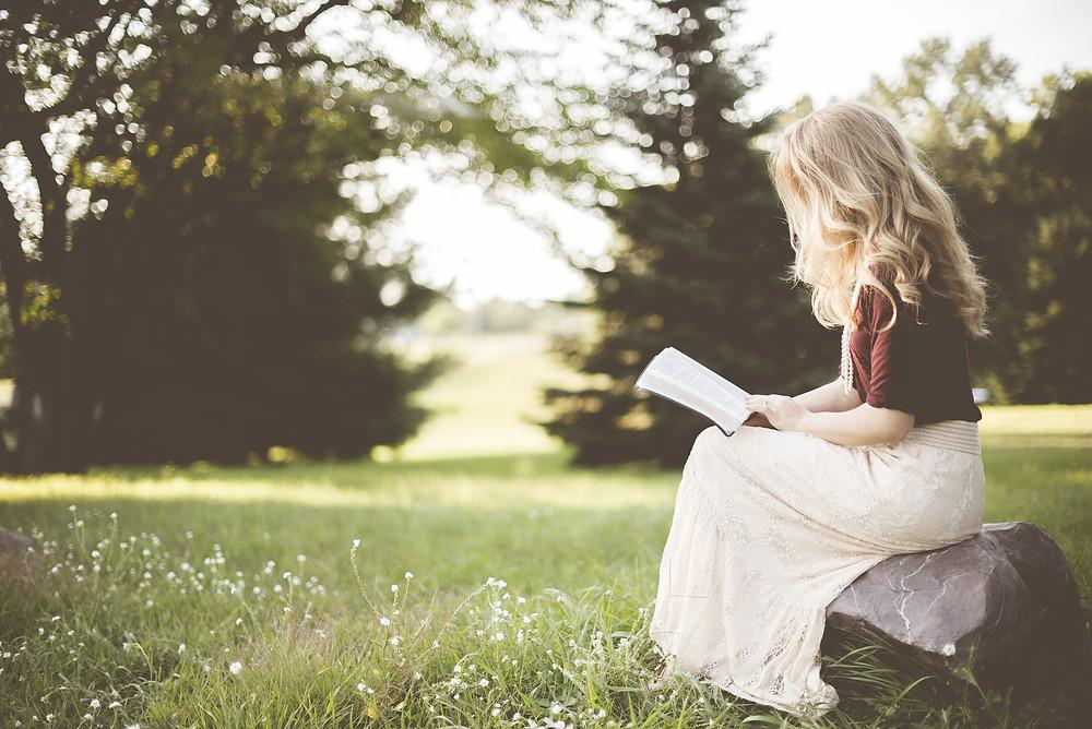 mulher sentada lendo livro, mulher lendo, mulher cristã lendo a Bíblia, Milene Oliveira, Dança Cristã