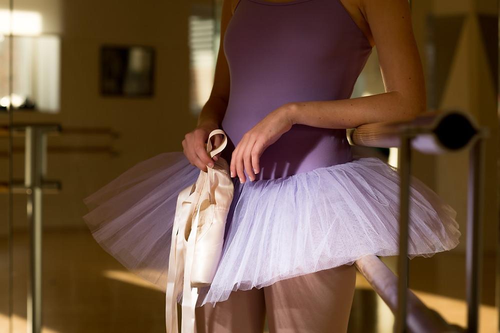 bailarina segurando a sapatilha, sapatilha de ballet, Milene Oliveira, Dança Cristã, Ministério de Dança na igreja, textos sobre dança na igreja