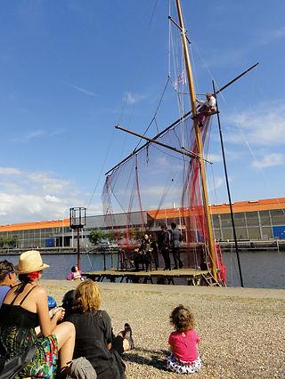 Un voilier transformé en théâtre naviguant