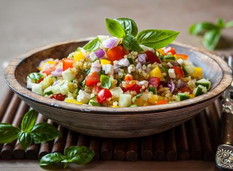 Salada de quinua com tomate cereja, queijo fresco e manjericão