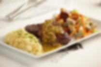 Lomo de res en mantequilla de pistachos, acompañado con papas Anna y ensalada fresca con mezclum de lechugas, palmitos y alcachofas con vinagreta de la casa
