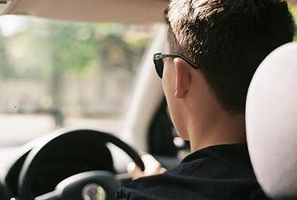 Conductor detrás de la rueda