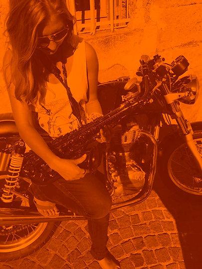 emma hames saxophone montpellier.jpg
