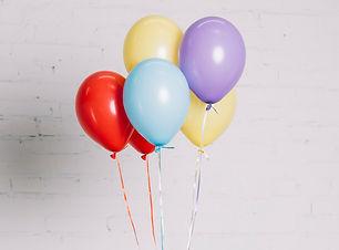 close-up-da-mao-segurando-baloes-colorid