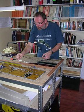 Hans in atelier - Schipper Doorzichtig - Glas in lood