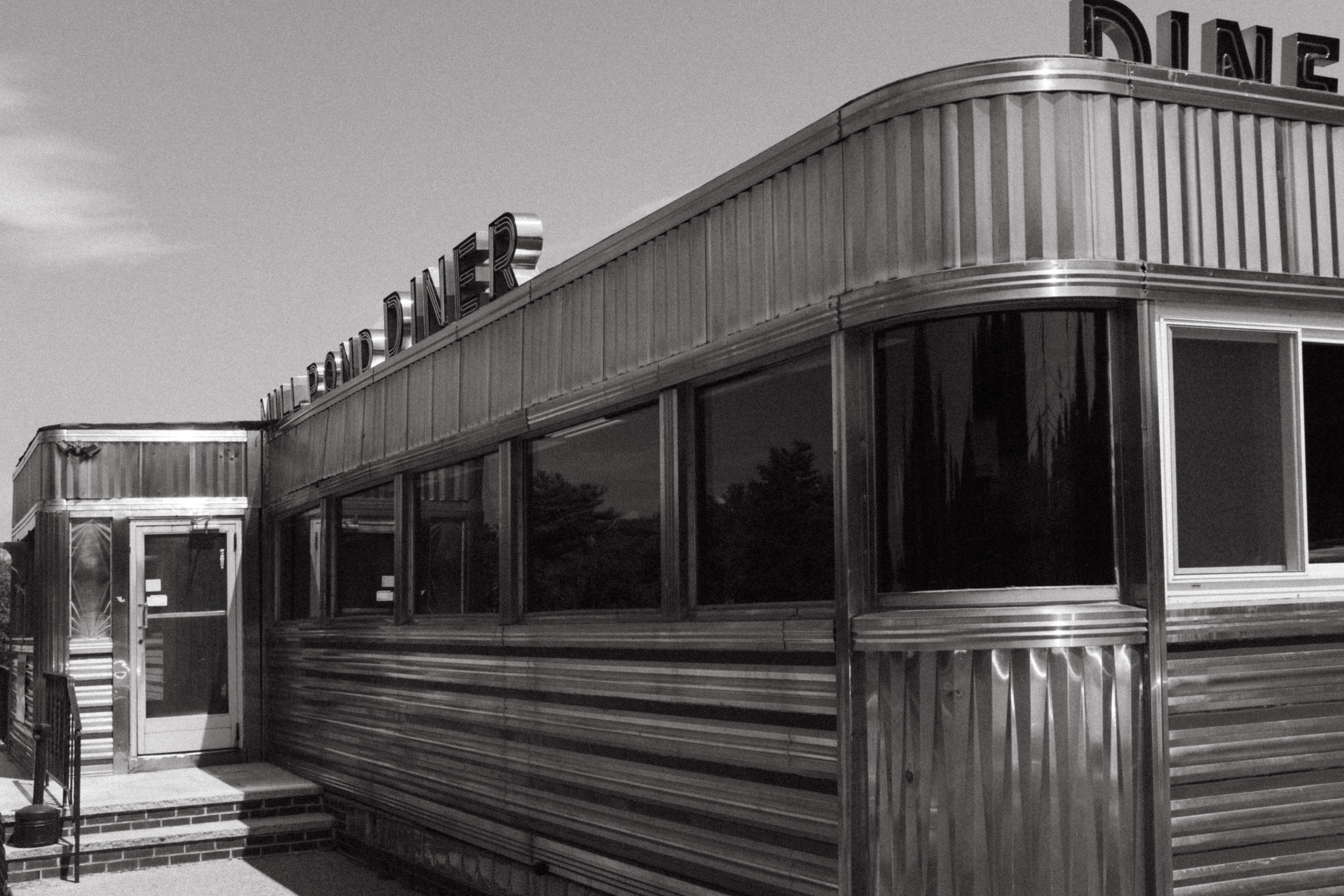 Black and white photo of a vintage 50s diner.