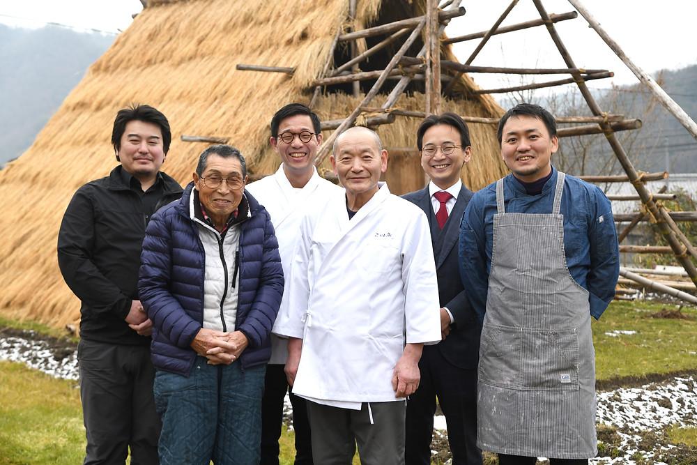 うど小屋の前で料理人と生産者の記念写真