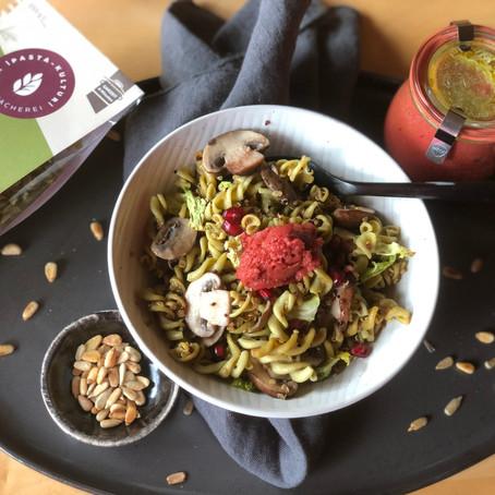 Lauwarme Spinat-Kichererbsen-Bowl mit Quinoa, Pilzen und Grünkohl