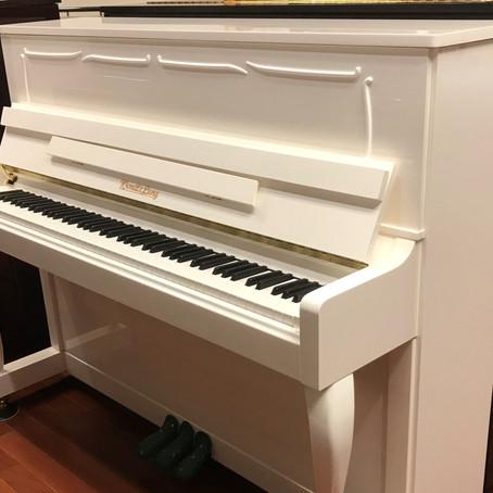 白いアップライトピアノ入荷しました