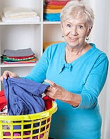 mulher-lavanderia-ordenando-idoso-banco-