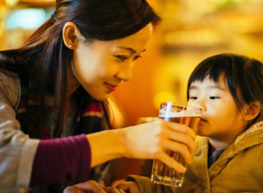 """Oferecer bebida alcoólica aos filhos para que estes """"aprendam a beber"""" é uma forma de prevenção?"""