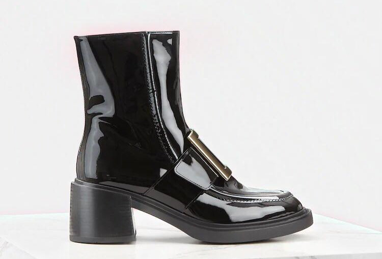 VR metal buckle ankle boots in patent leather