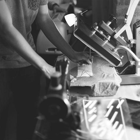 Beim Bedrucken eines T-Shirts handarbeit in Erfurt