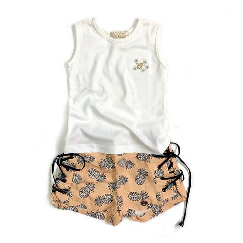 Regata de Malha Offwhite e Shorts de Abacaxi