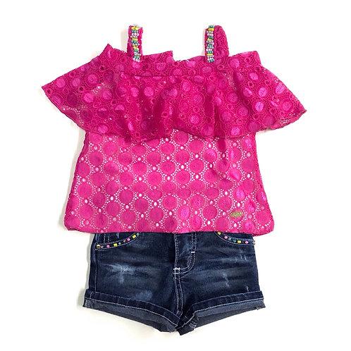 Blusinha de Renda Rosa e Shorts Jeans