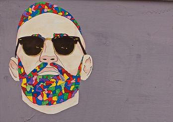 Grafitti homme avec lunettes de soleil
