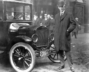 Henry Ford ao lado do modelo T
