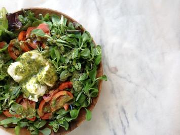 Viernes de receta: pesto DIY para una ensalada de canónigos y burrata