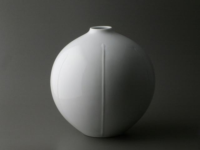 白磁彫花瓶「芽生え」