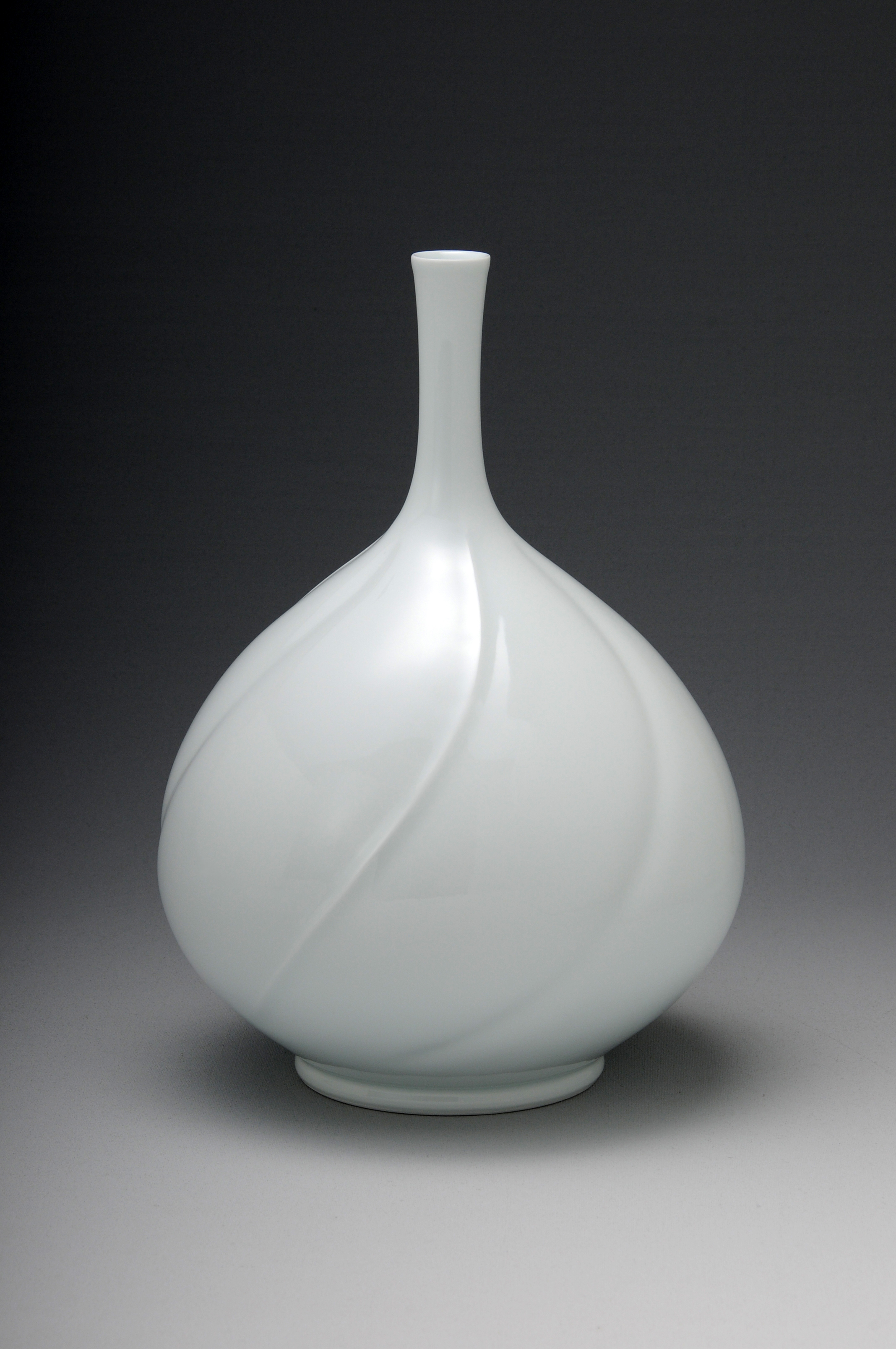 004 白磁鶴首花瓶