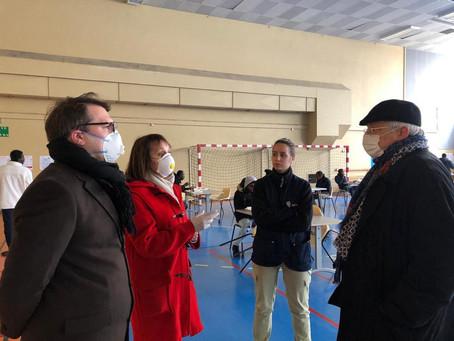 Visite du gymnase Courcelles réquisitionné pour l'hébergement d'urgence
