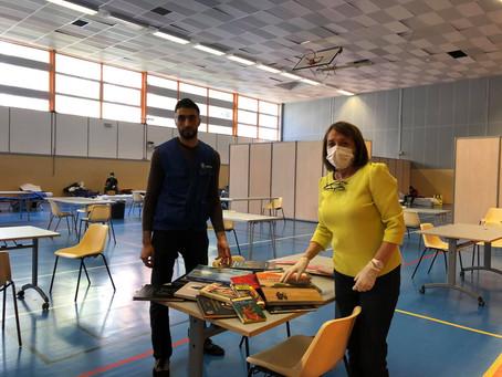 Don de livres à des sans-abri au gymnase Courcelles