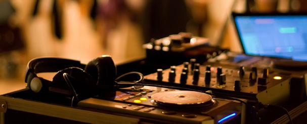DJ Arbeitsplatz mit Kopfhörer, Mischpult und Laptop