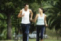 une homme et une femme courent