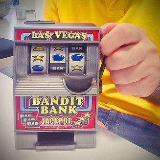 machine à sous Toy détenu par l'homme