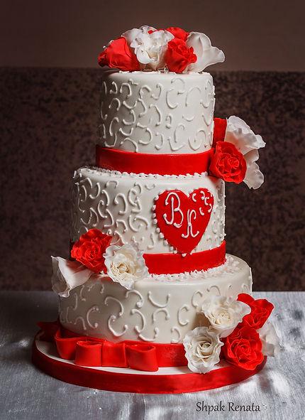 Весільний торт з білими та червоними трояндами