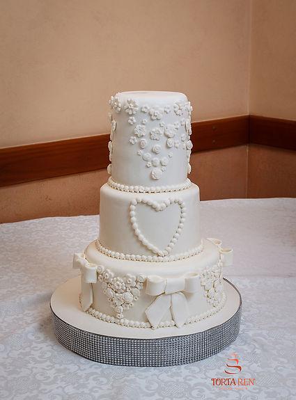 Весільний торт з білими трояндами
