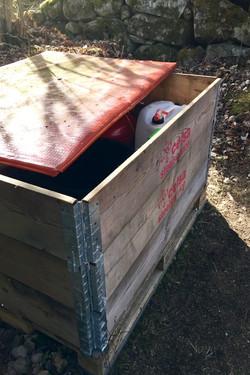 Kasse til opbevaring på rakupladsen