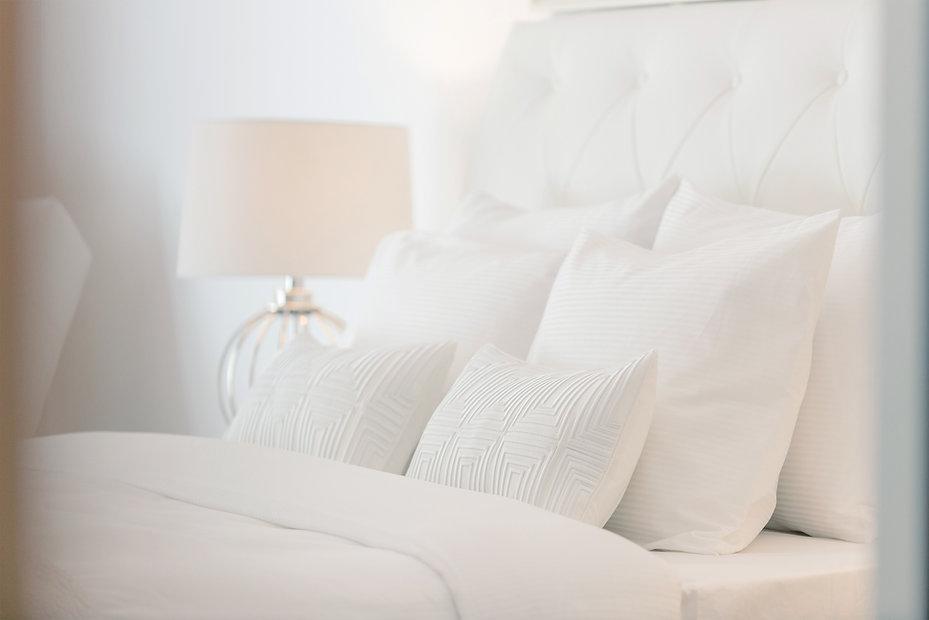 Quarto de hotel com travesseiros