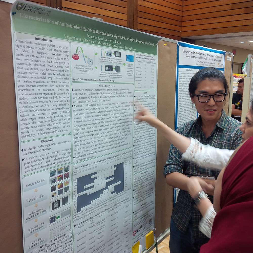 Dongyun explains his research to an interested participant