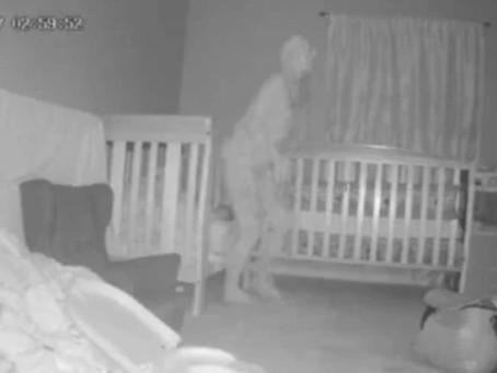 Babá eletrônica flagra figura assustadora em quarto de crianças durante a madrugada