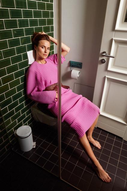 Sitting on toilett