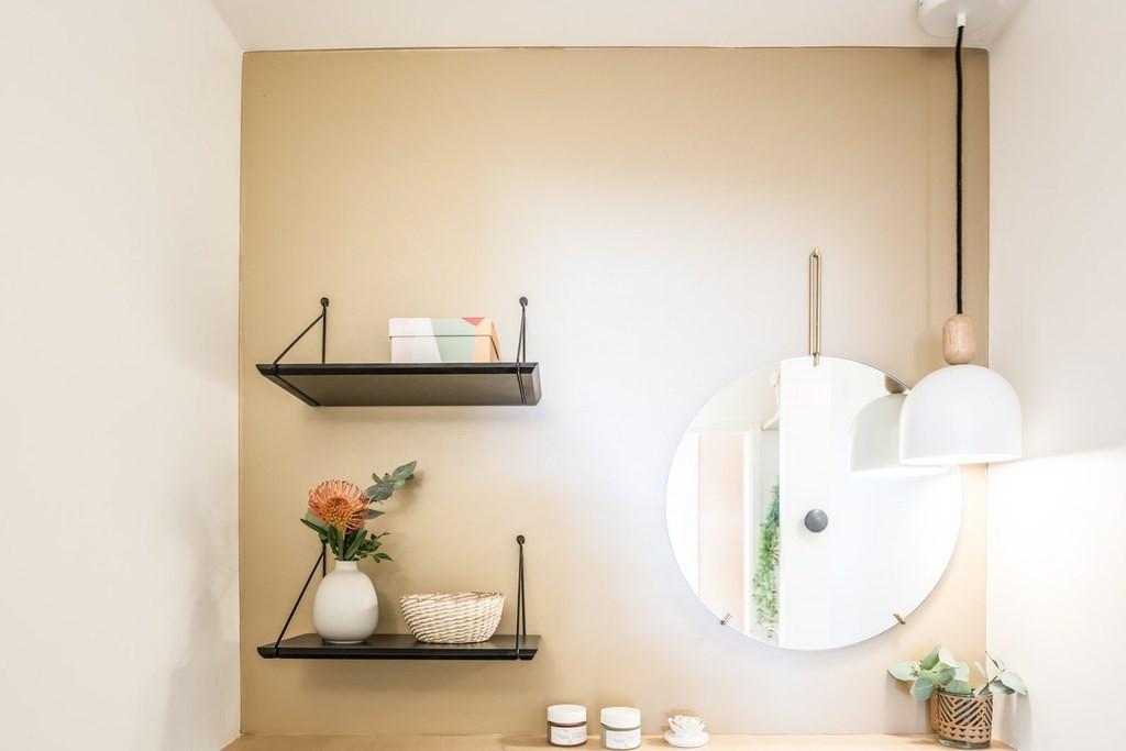 Miroir et étagères salle de bain