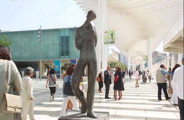 Una exposición en el Puerto de Málaga homenajea a los 'caminantes'