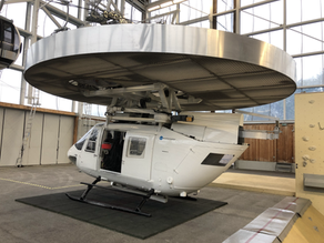 Hubschrauberfliegen in einer Trainingshalle