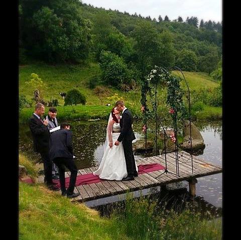 Hochzeitskuss auf dem Steg