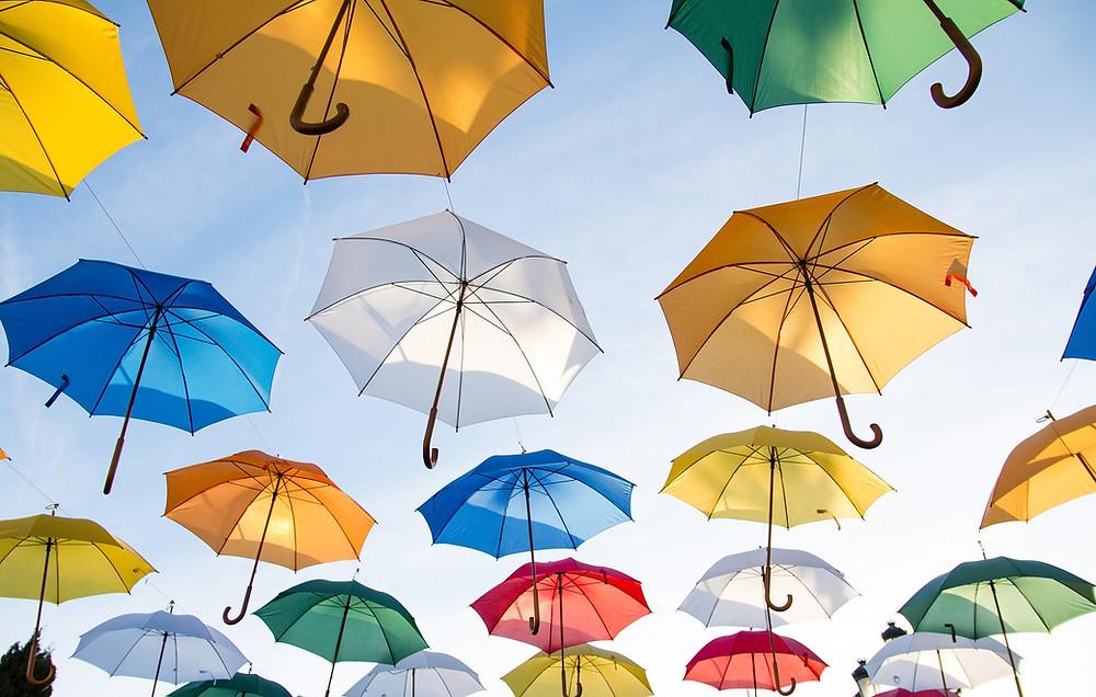 los paraguas protegen de la lluvia