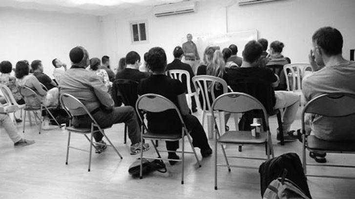 foto auditorii a lekcii cherno beloe.jpg