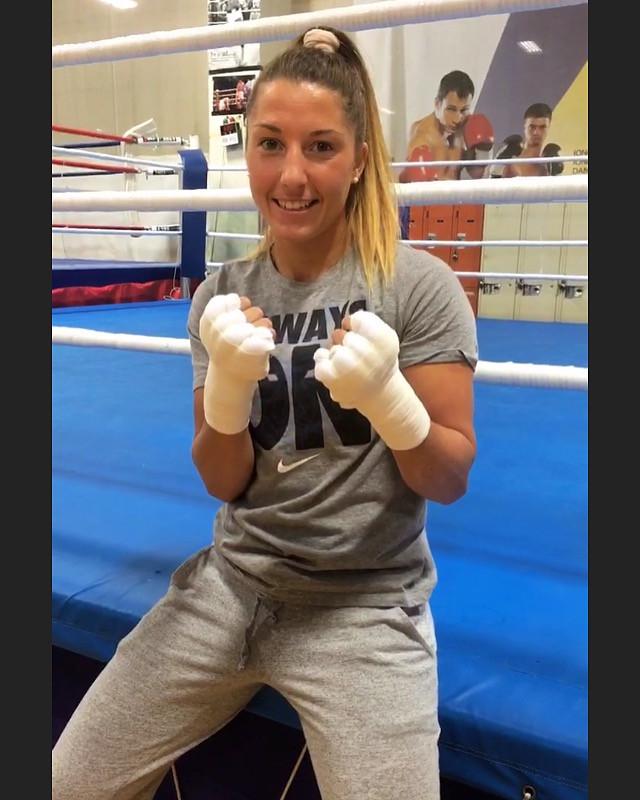 Kim Clavel devant le ring de boxe à Montréal commandité par Christin Automobiles