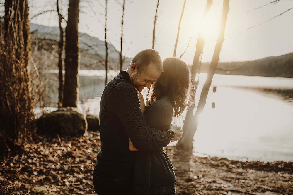 lifestyle photographer engagement session pnw rattlesnake lake
